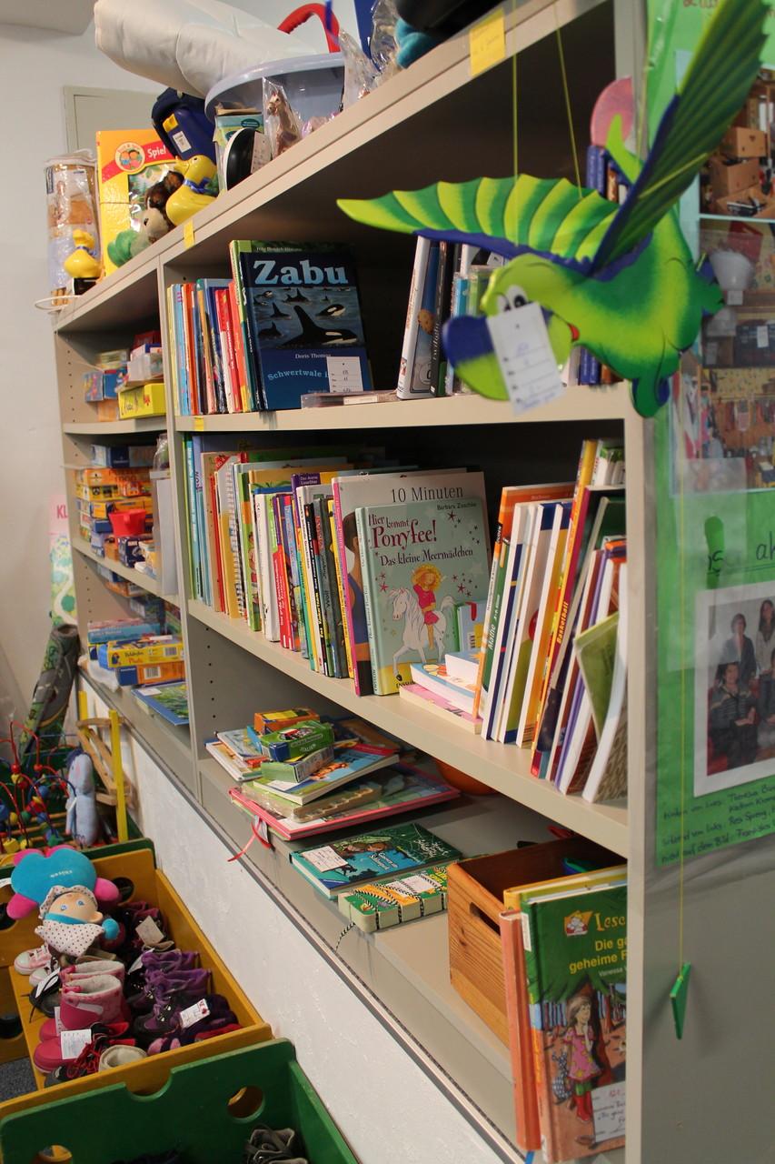 ... eine bunte Auswahl an Büchern und Spielen