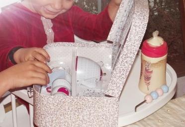 Ein Puppenservice zum ersten Geburtstag (Hochstuhl, Service & Schlafanzug Jacadi)