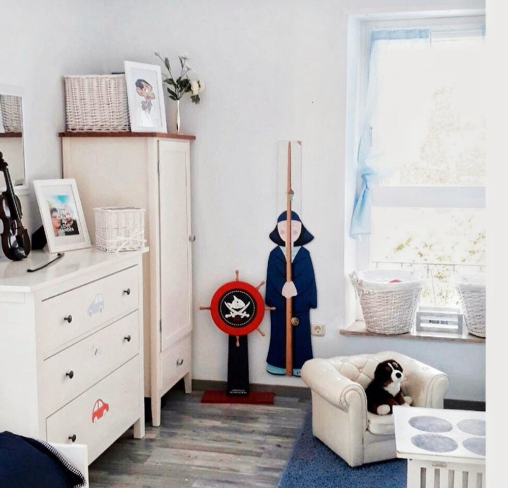 Das Kinderzimmer meines jüngsten Sohnes. Die Messlatte hatte schon unser großer Sohn in seinem Zimmer hängen.