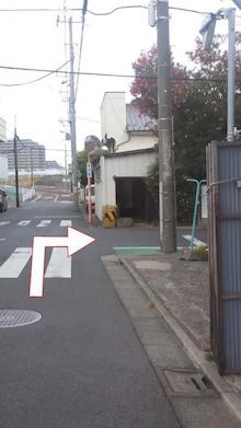 ⑩ 踏み切りを渡ってすぐ右に曲がります。 角は小さな材木屋さんです。