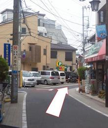 ⑤ 100mほど歩くと、右手に床屋さんとタバコ屋さんがあります。 二股に分かれた道を右方向に進みます。