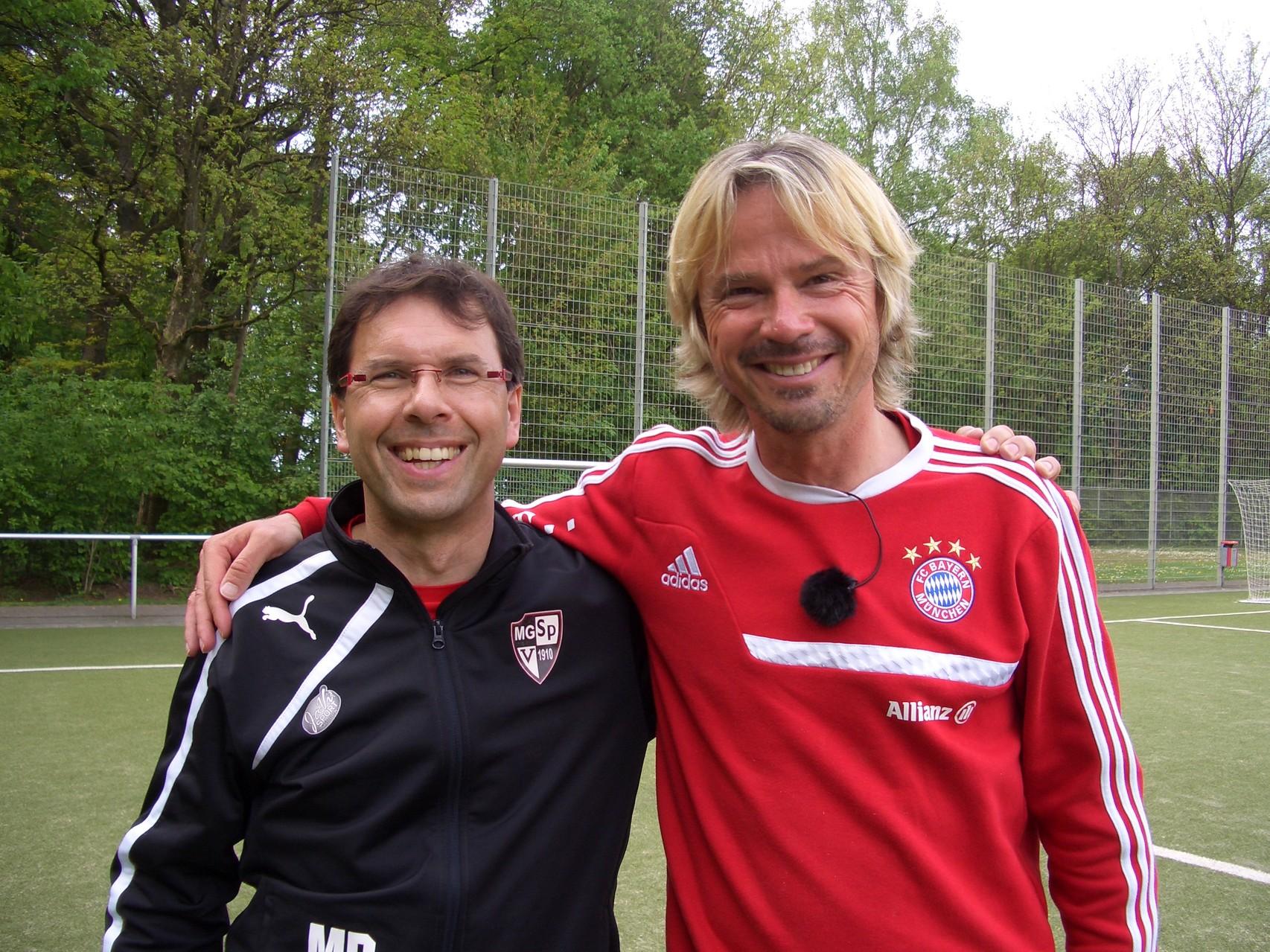 Michael Palumbo mit dem Technik- und Kreativtrainer Matthias Nowak der U17 und U19 Damen von Bayern München