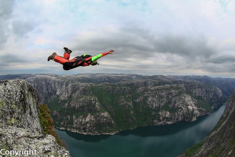 Base Jumper am Kjerak, Lysefjord