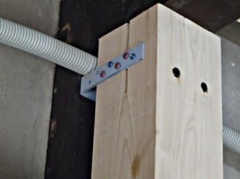 新設柱の接合・新設柱と既存針とは金物で接合