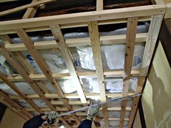 外壁面と天井裏に断熱材を充填