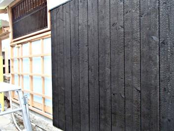 外壁を焼杉板で修景補修