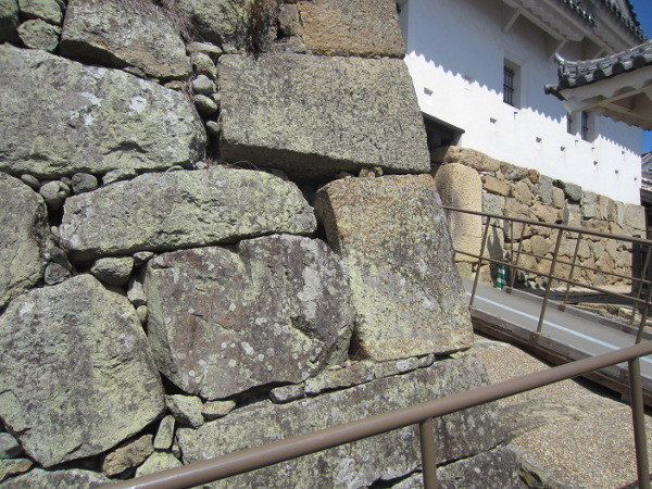 石棺の石積ー横から見ると穴が空いています