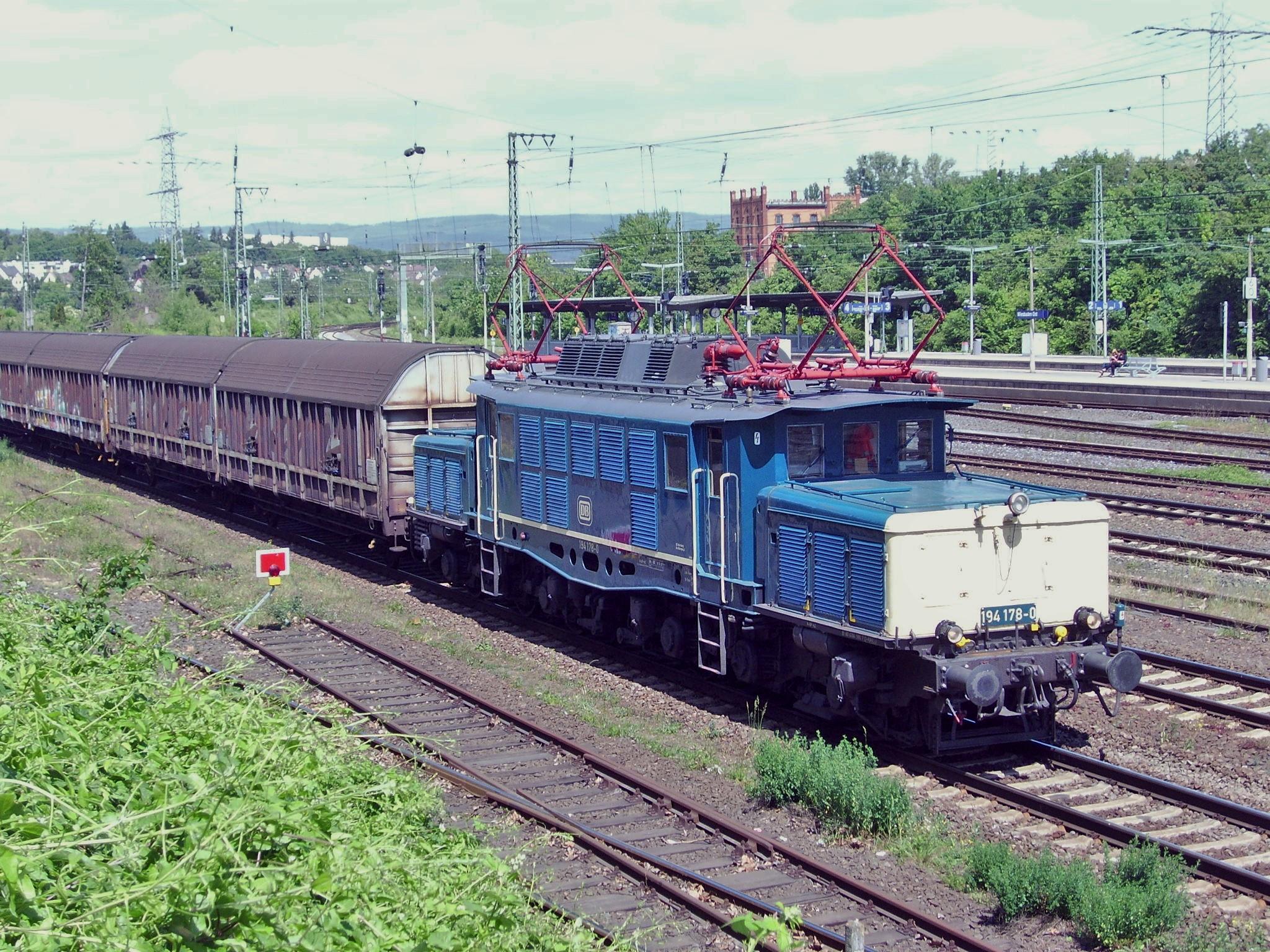 """194 178-0 mit dem """"Henkelzug"""" bei Wiesbaden-Ost"""