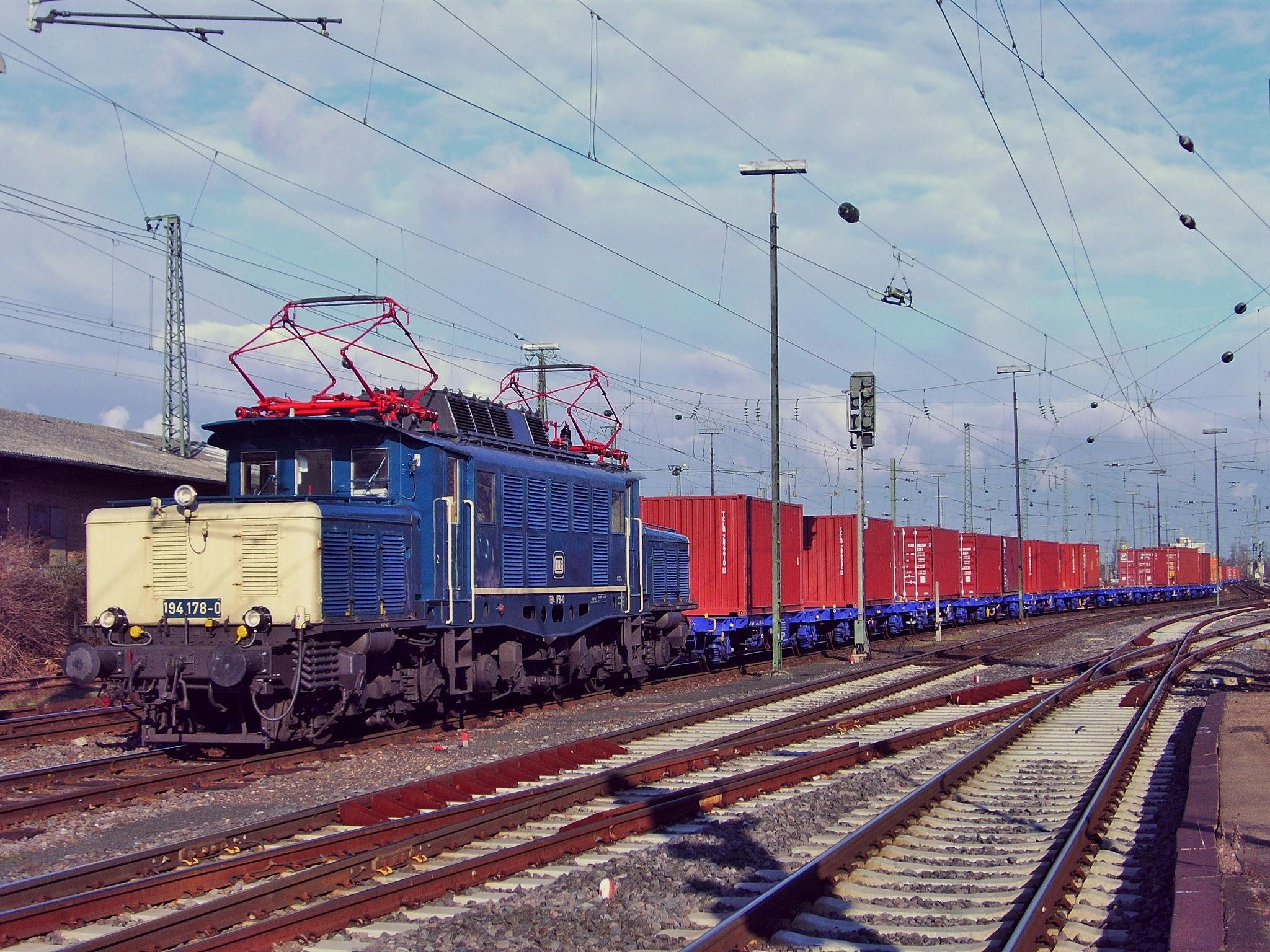 194 178-0 mit hochwertigem Containerzug durch Worms