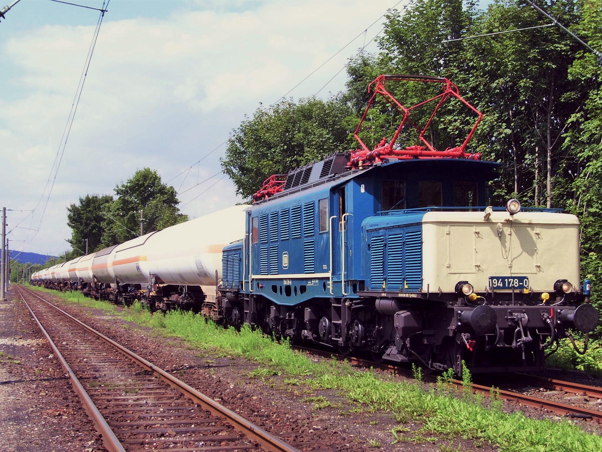 Gaskesselzug mit 194 178-0 in Saal / Donau