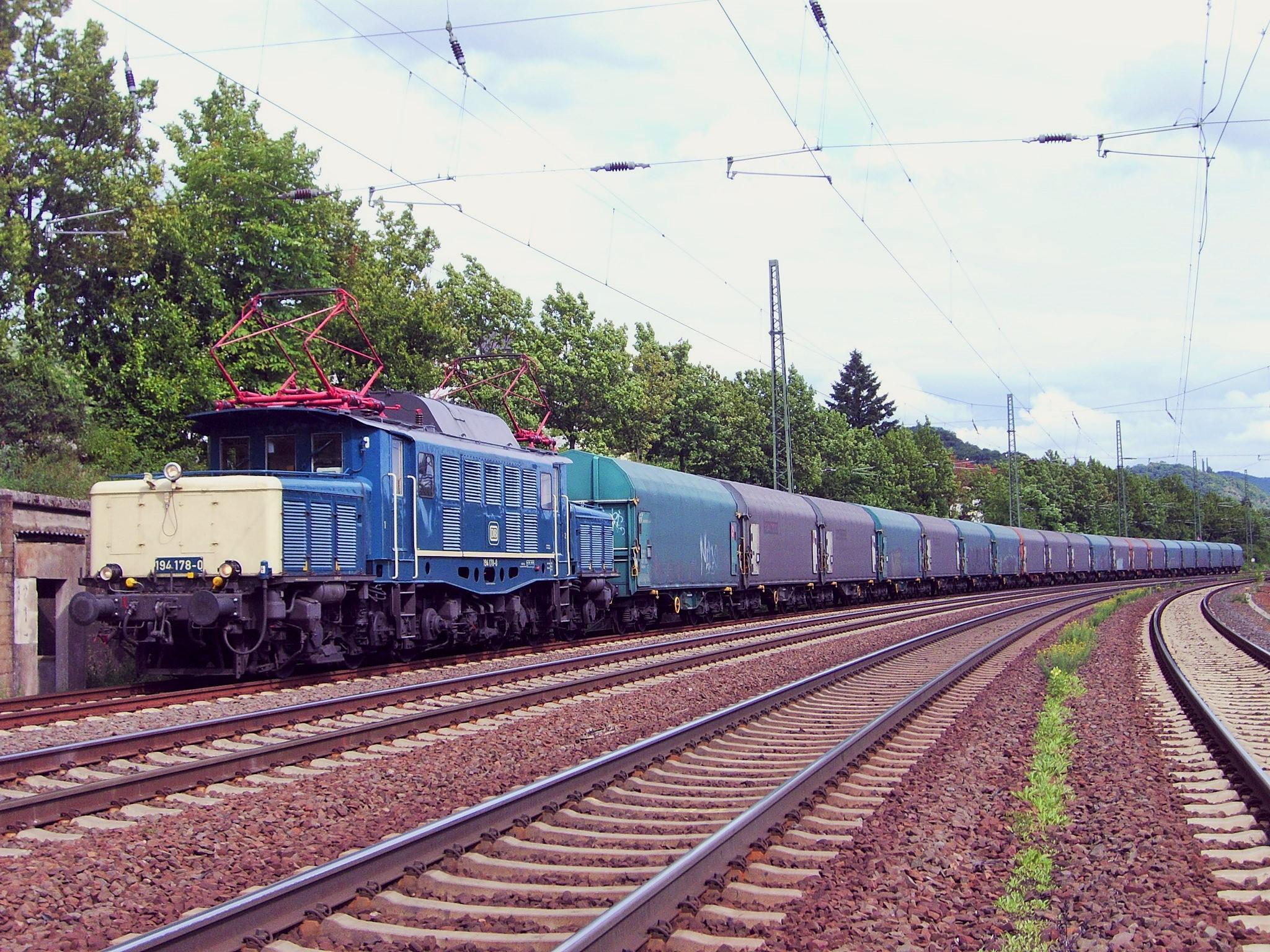Stahlprodukte am Zughaken der 194 178-0 bei Oberlahnstein