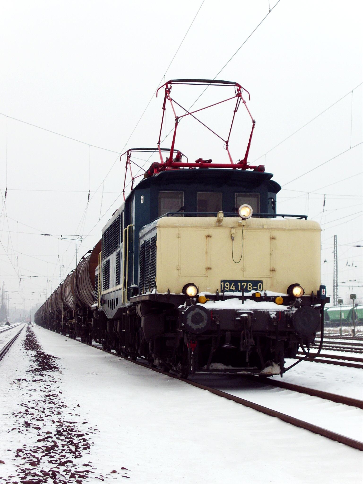 Zuverlässiger Öltransport mit 194 178-0 durch Darmstadt-Kranichstein