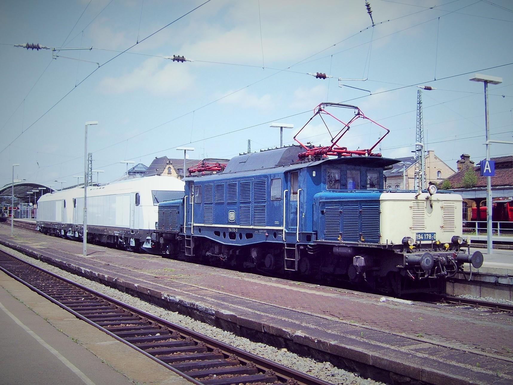 Fabrikneue Lokomotiven rollen hinter 194 178-0 ihrem neuen Besitzer entgegen