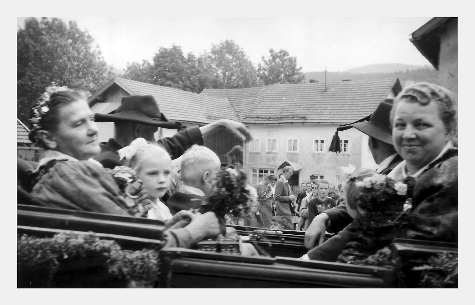 Goldene Hochzeit von Wölfl Amalie und Wolfgang mit im Wagen Lore , Ertl Seppal (Kinder), Lemberger (Frisch)  Franzi