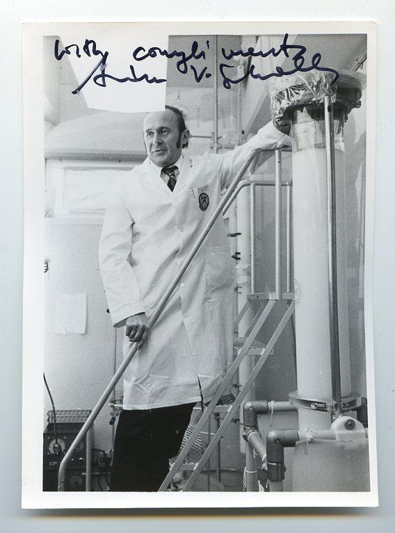 huyên gia về nội tiết học Andrew Victor Schally, BSc'55, Tiến sĩ '59, DSc'79, là người đồng nhận giải Nobel Y học 1977 cho nghiên cứu về hoóc môn.
