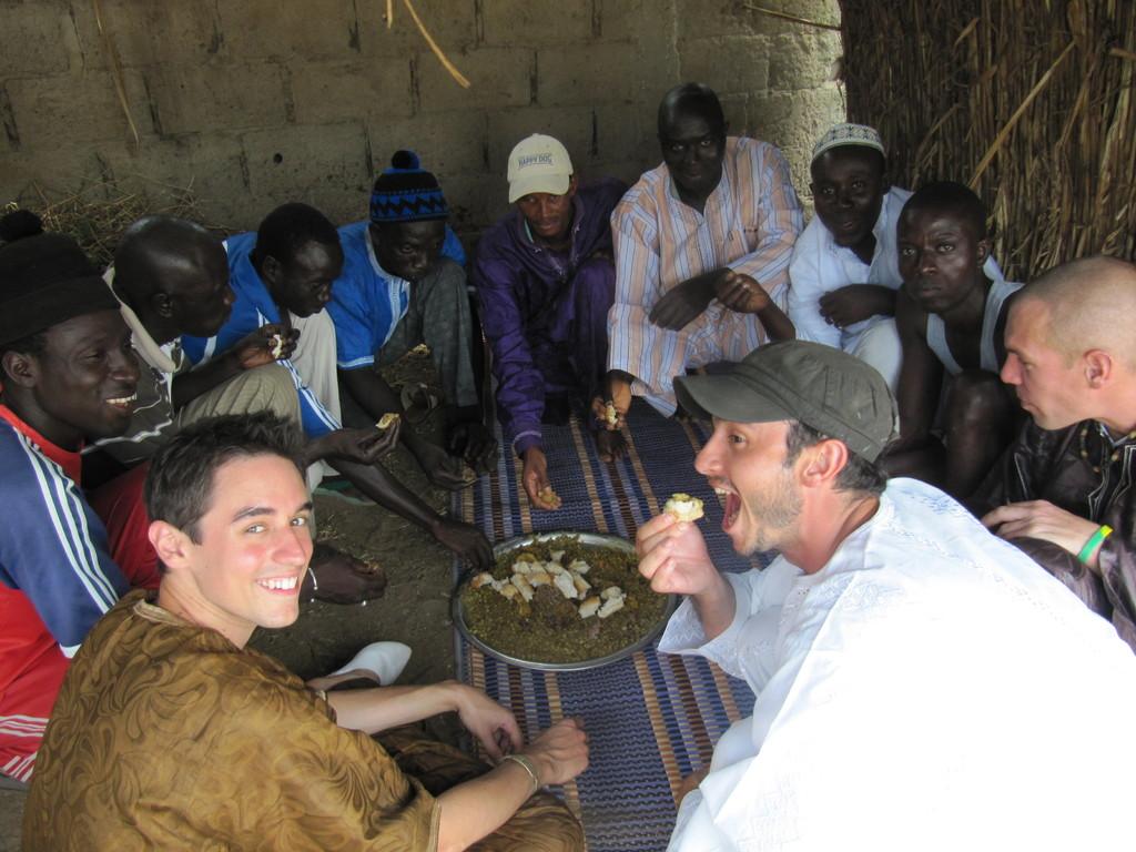 Partage du repas lors de la fête du mouton