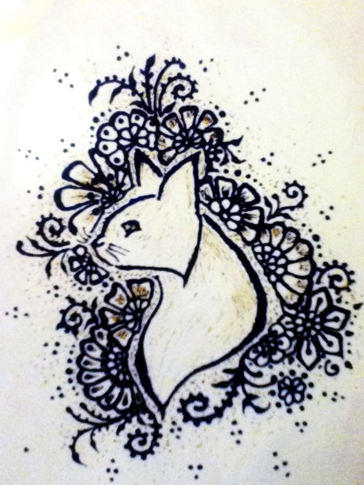 Katzentribal mit Blumen verziert