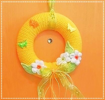 verziert mit selbstgehäkelten Blumen, Streudeko und Schleifenband