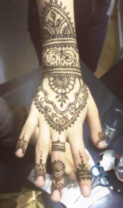 für eine kurdische Hochzeit ein aufwendiges Mehndi auf der Hand