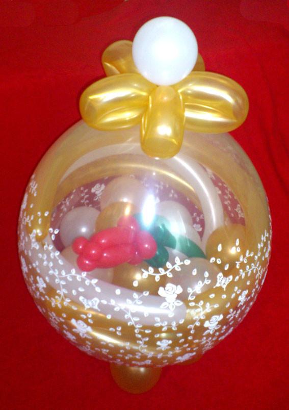 Eleganter Ballon zum 50sten Geburtstag einer Lady. Gold Weiss mit Geldscheinen gefüllt und einer Ballonrose verziert