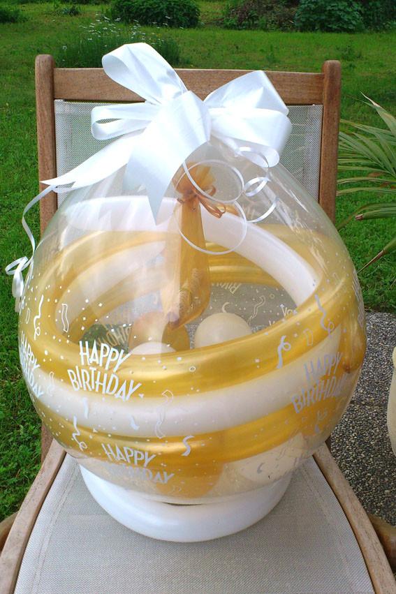 Ein Schmuckstück in einem Geschenkballon originell verpackt