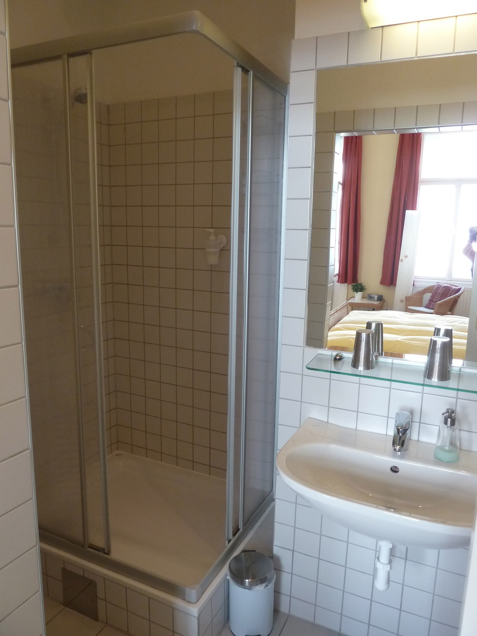 Bad mit Dusche und WC - Burma Zimmer