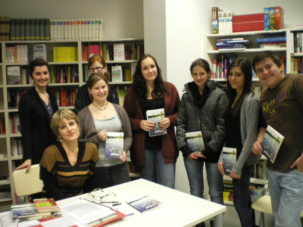 Hélène Vignal beim Signieren der Bücher unserer SchülerInnen