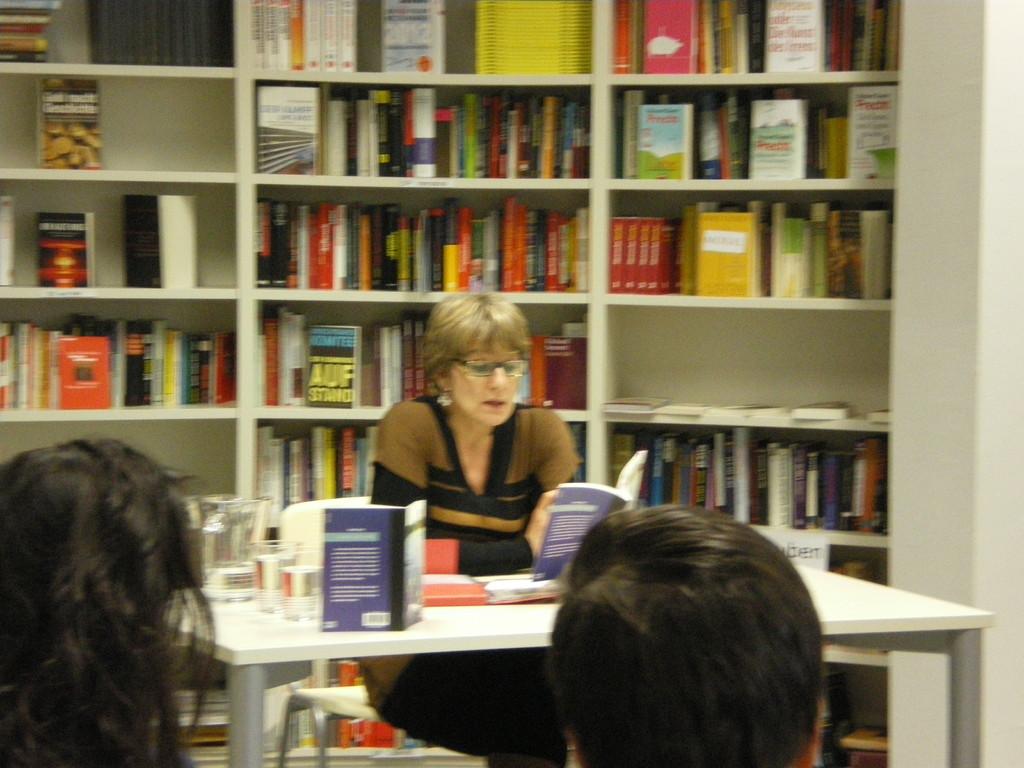 Hélène liest aus ihrem Buch La fille sur la rive
