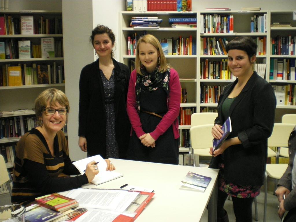 Hélène Vignal und Aline Descamps mit Schülerinnen aus dem Gymnasium Zaunergasse