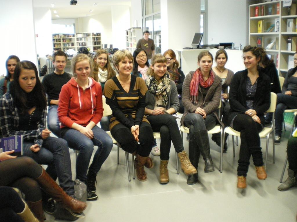 Hélène Vignal und Aline Descamps mit Schülerinnen des Musischen Gymnasiums