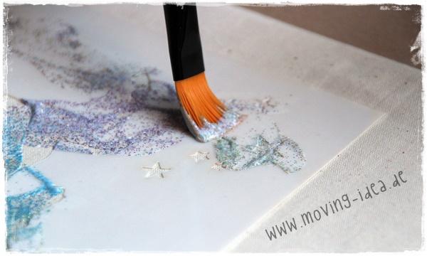 Die Farbe kann dann mit dem Pinsel auf der Schablone vertielt werden.
