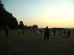 Fußball auf der eigenhändig gemähten Wiese.