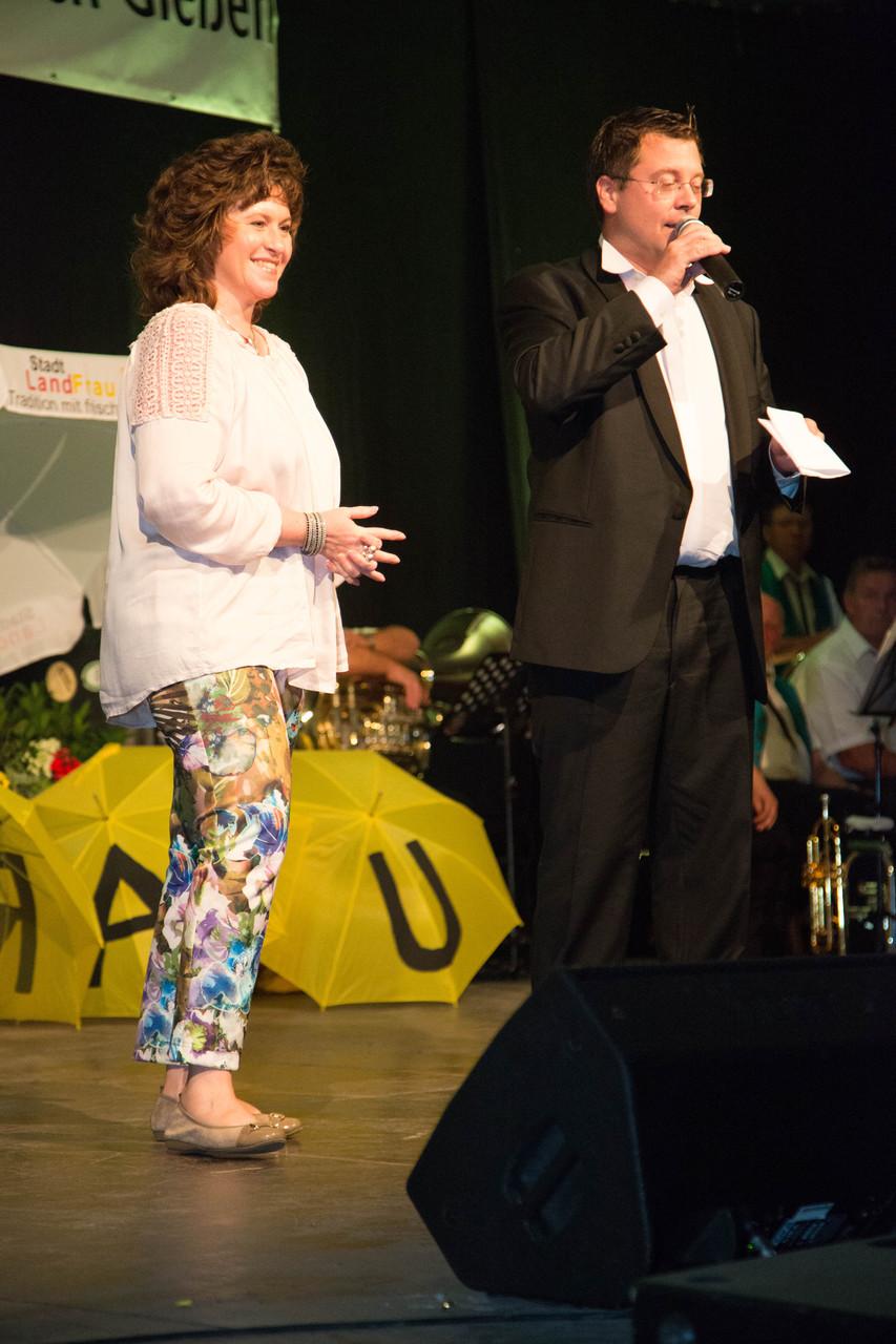 Eine mutige Besucherin singt mit Frank Füglein