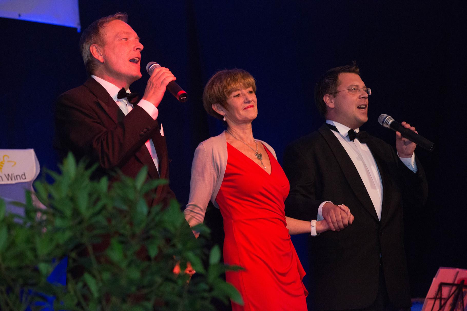 Ursula Bouffier tanzt mit Michael Hofmann und Frank Füglein