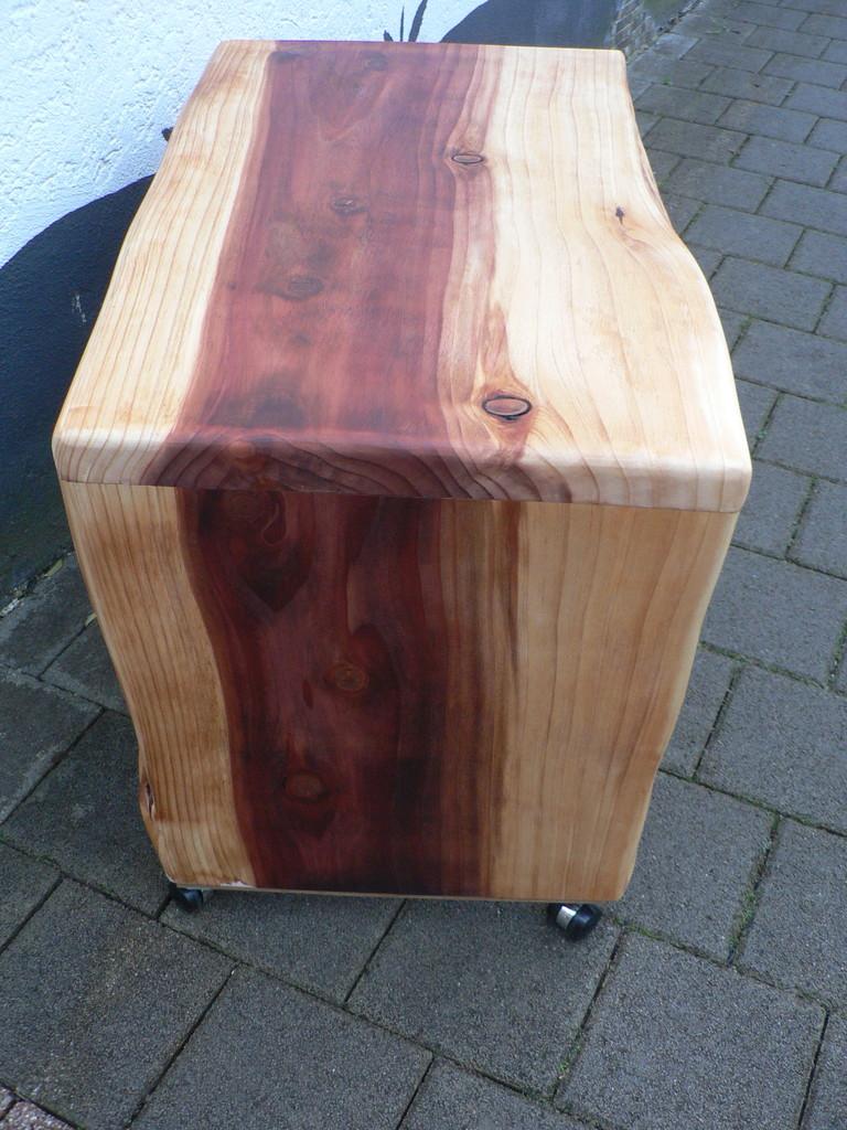Tischchen aus Mammutbaum
