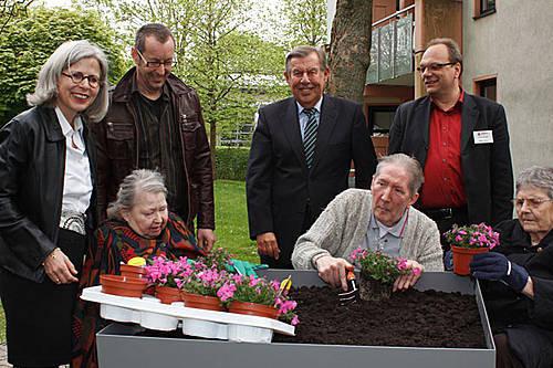 Barbara Krug, Manfred Hoffmann, Heinz Lückerath und Remy Reuter schauen Bewohnern des Gerricusstifts bei der ersten Pflanzaktion zu. Foto: Sönke Willms-Heyng