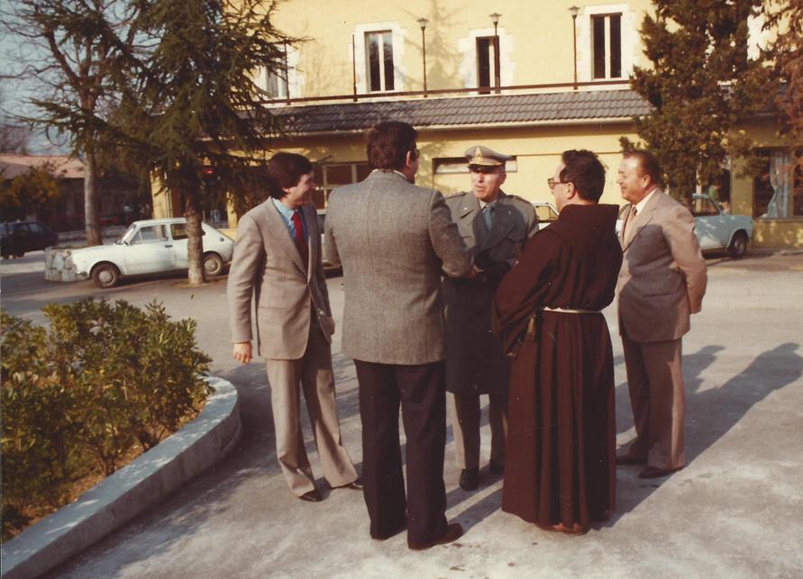 L'accoglienza delle Autorità da parte di Croce e di Francesco Gasperi (ultimo a destra)