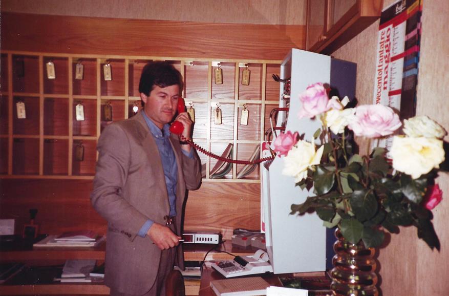"""Croce alla reception con il primo """"moderno"""" centralino telefonico"""