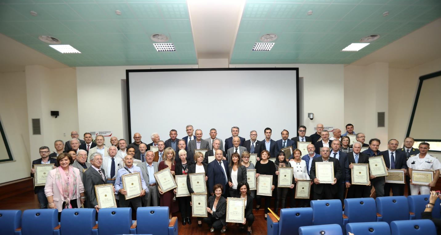 Foto di gruppo con tutti i premiati e le autorità intervenute