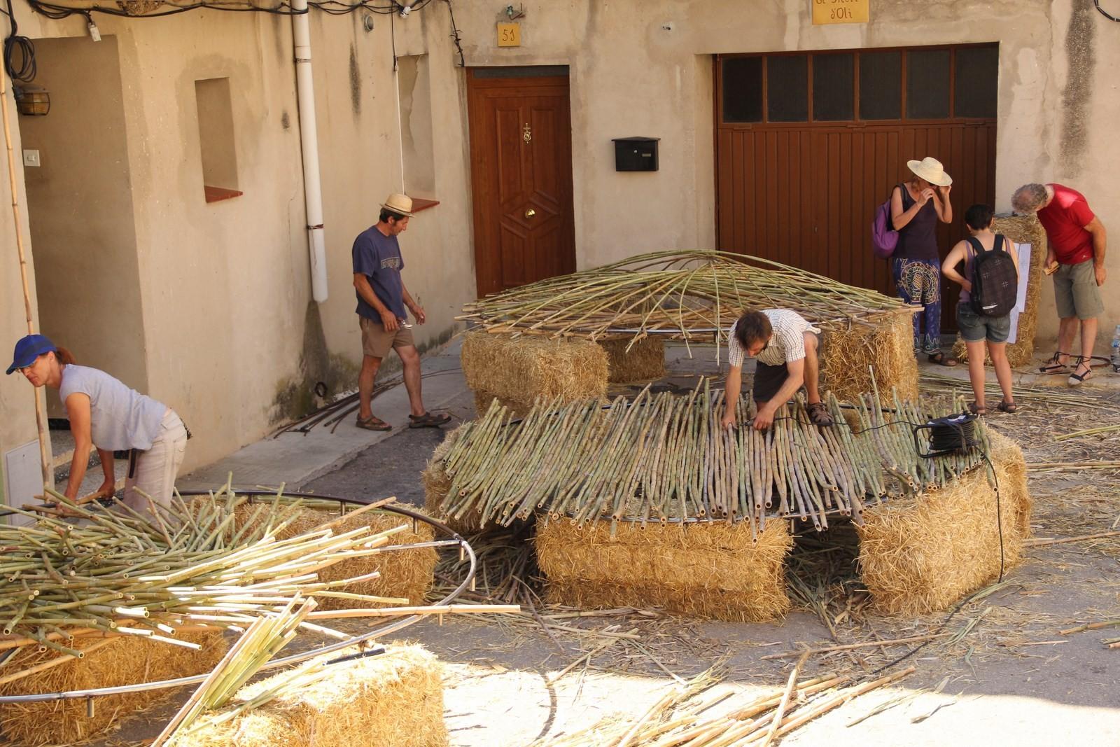 """Au boulot avec les matériaux locaux """"la canya"""""""