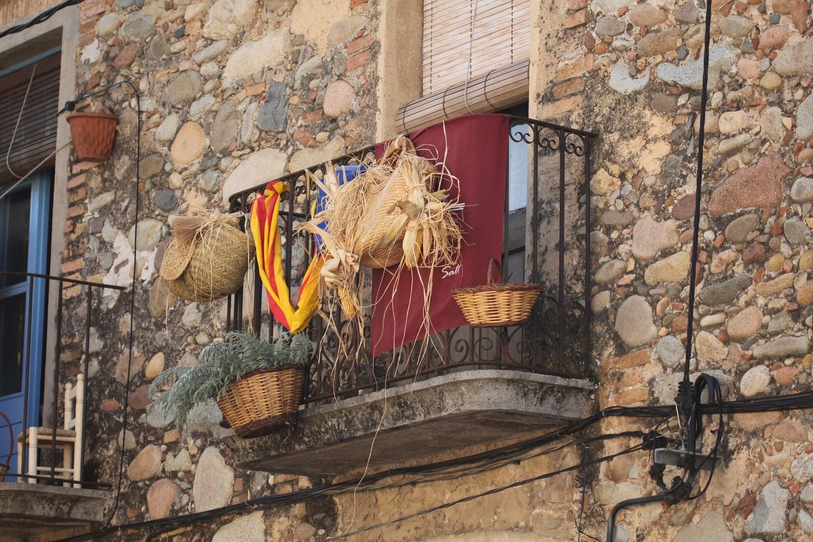 La ville s'est parée de ces couleurs catalanes et de vanneries locales