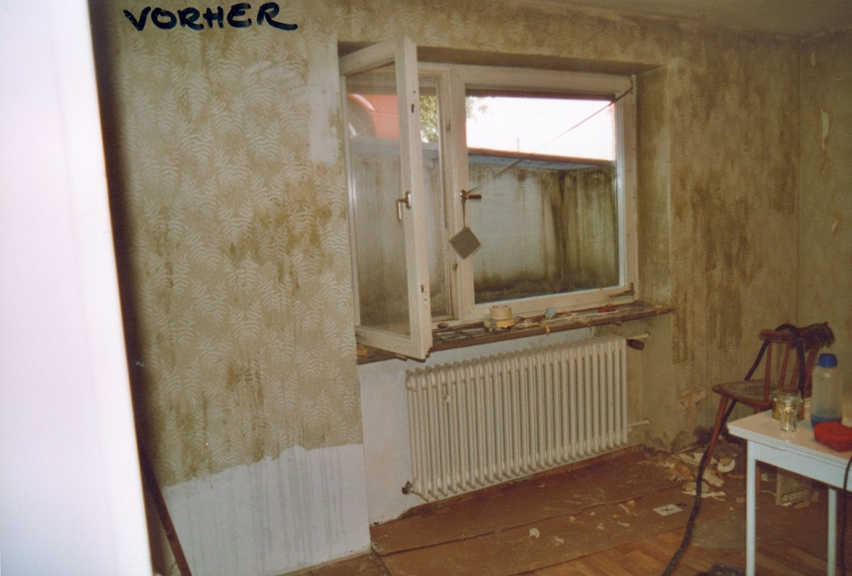 VORHER: schmuddelige Fensterseite, alter Heizkörper