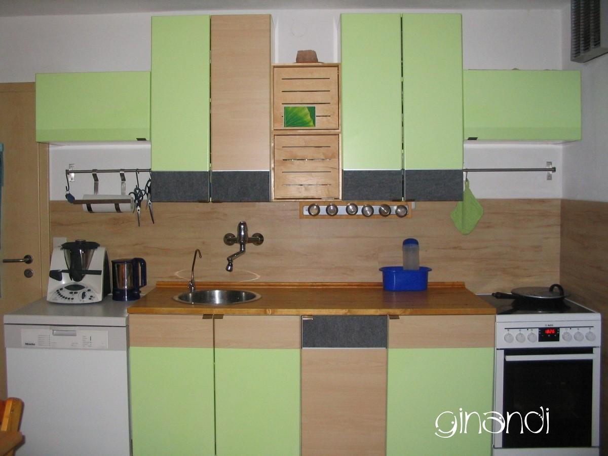 NACHHER: gleicher Kochbereich mit neuen Schränken kombiniert