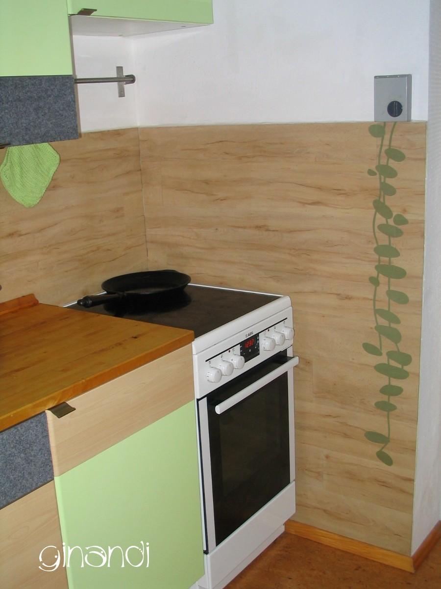 DETAIL: aufgeklebte Blätterranke am Lüftungsschalter