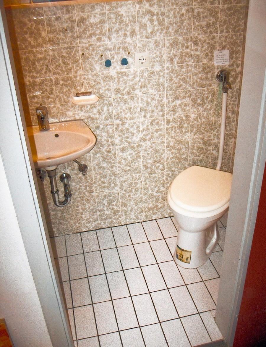 VORHER: eintönige Toilette aus den 60ern