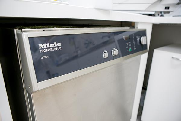ミーレ社製医療器具専用のジェットウォッシャー です。全国の歯科医院において導入率はおよそ5%と言われております。