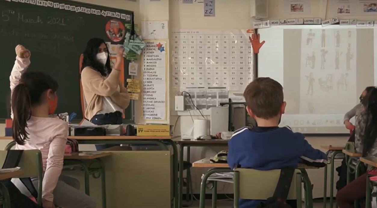 Estudiantes de etnia gitana protagonizan una campaña que anima a escolarizar al alumnado de esta comunidad