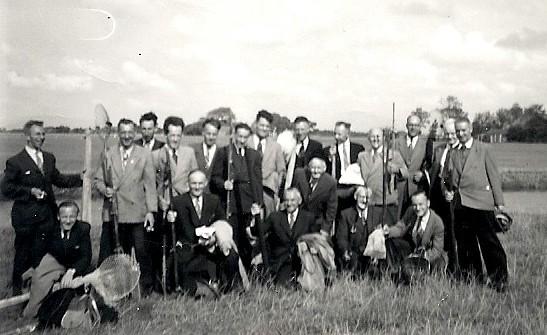 NR 0004  Viswedstrijd  staand 4e van links Gerard Hofstede 1956