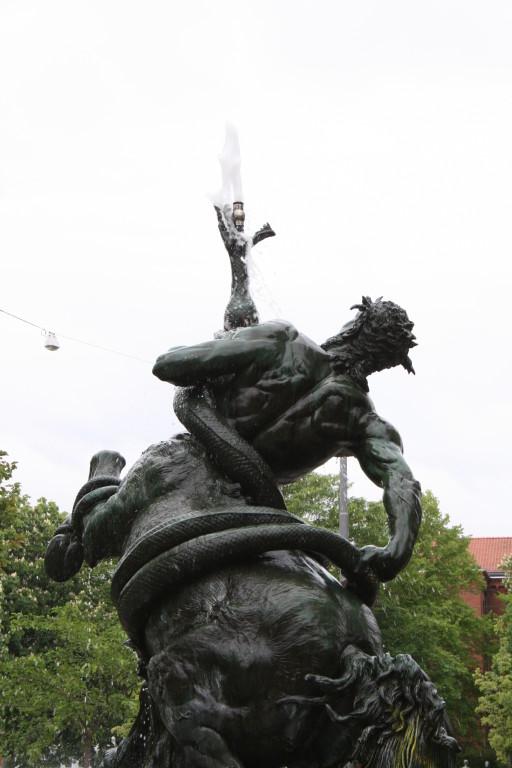 die Friedrich-Ebert-Str. überqueren - Centaurenbrunnen