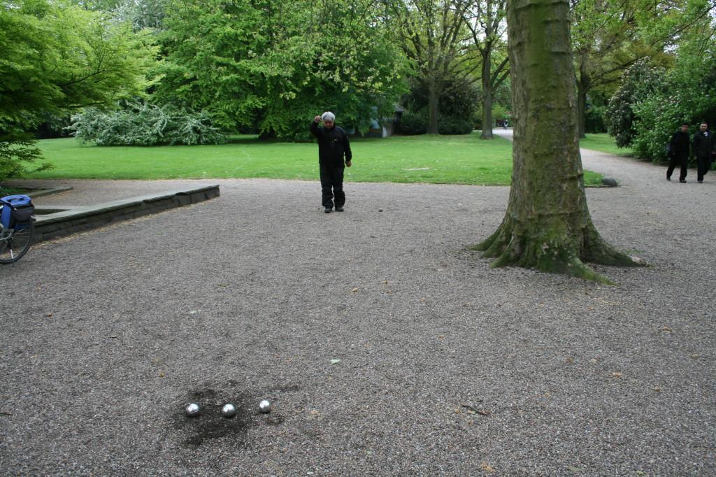 Cezmi übt Boule im Hohentorspark / Hohentorsplatz